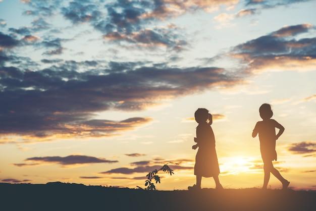 Silhouette d'enfants jouant