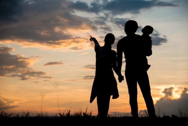 Silhouette de famille heureux parents s'amuser