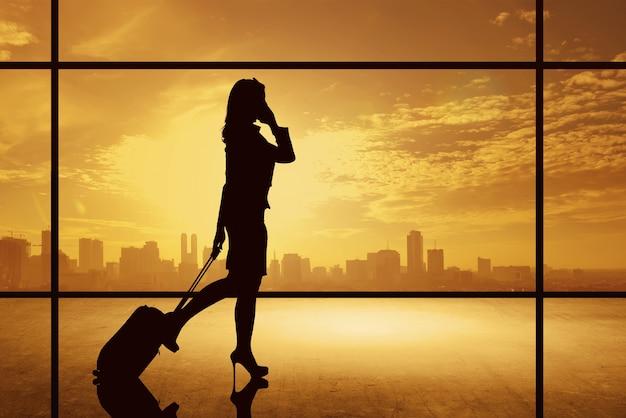 Silhouette, femme affaires, marche, à, valise