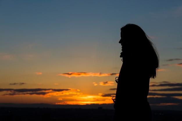 Silhouette, femme, beau, coucher soleil