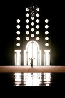 Silhouette de femme dans une ancienne mosquée. maroc