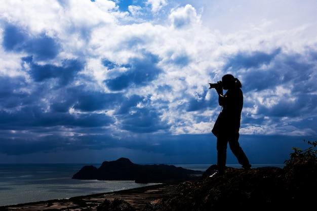 Silhouette de femme debout au-dessus de sa photographie.