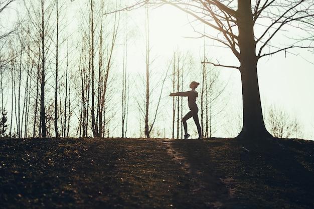 Silhouette de femme faisant de l'exercice