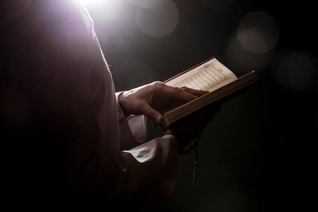 Silhouette de femme lisant en coran