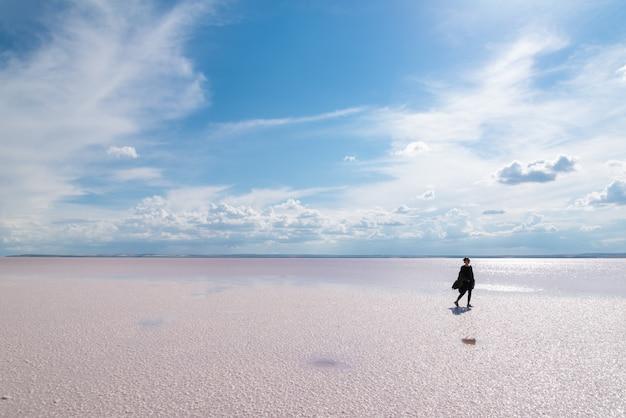 Silhouette femme marchant sur la célèbre destination touristique salt lake