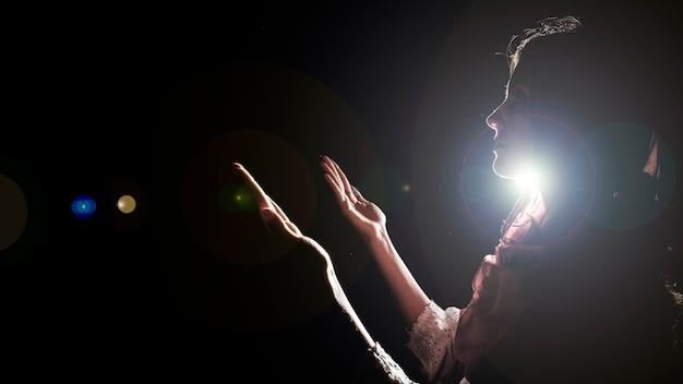 Silhouette de femme musulmane en prière