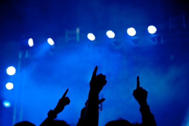 Silhouette de fête de concert abstraite avec lumière et fumée dans un moment heureux
