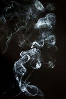 Silhouette fumée aux formes ondulées