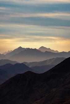 Silhouette fumée des monts sainte-catherine