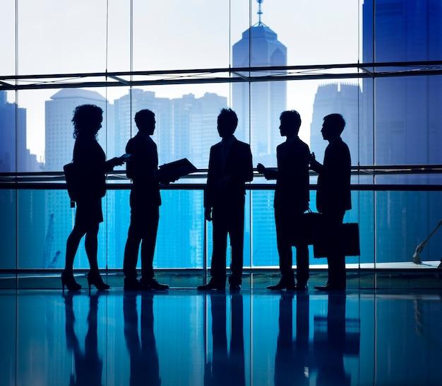 Silhouette de gens d'affaires dans une réunion