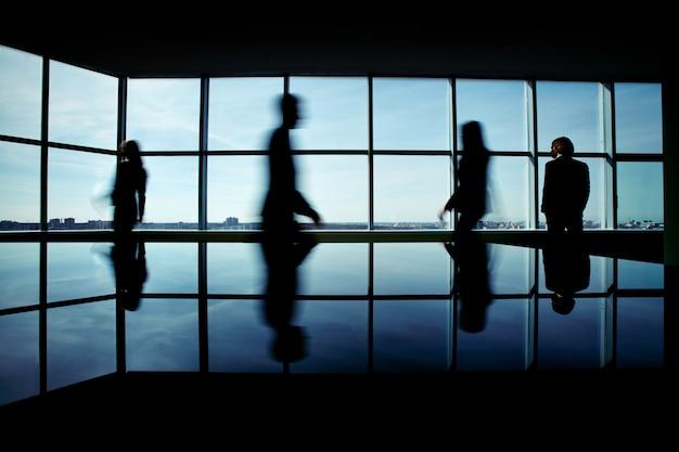 Silhouette de gens d'affaires se précipitant pour travailler