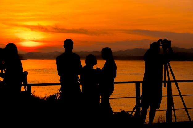 Silhouette de gens qui font des activités dans la région pittoresque
