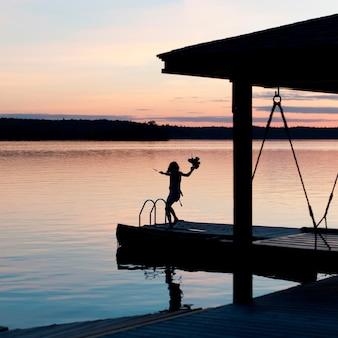 Silhouette, girl, debout, promenade, jouer, jouet, lac