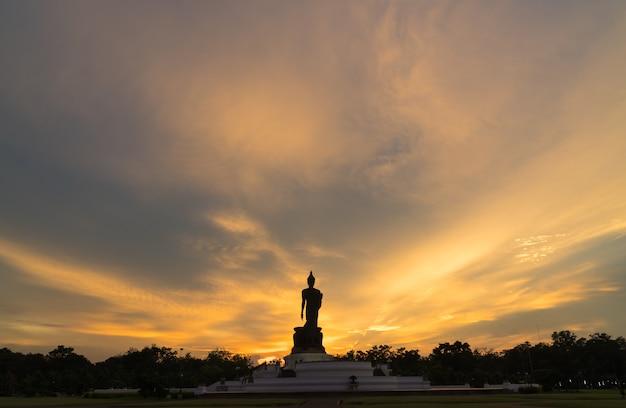 Silhouette grand bouddha dans la soirée.
