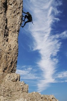 Silhouette de grimpeur sur le rocher