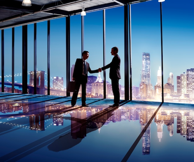 Silhouette de handshaking de gens d'affaires