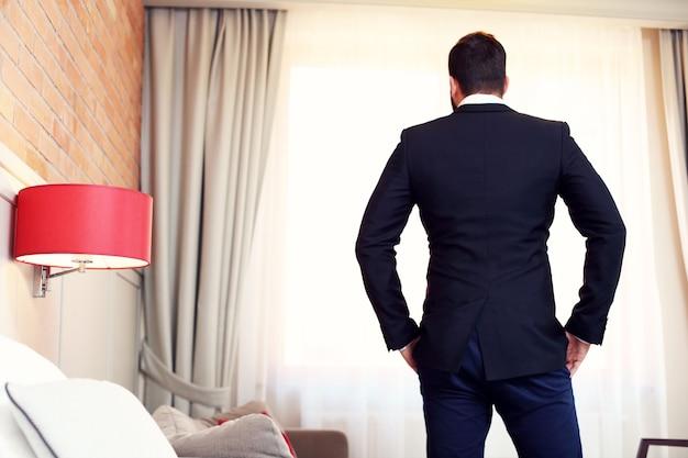 Silhouette d'homme d'affaires dans la chambre d'hôtel