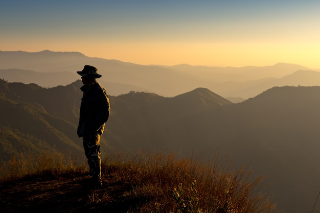 Silhouette, homme, debout, sommet, montagne