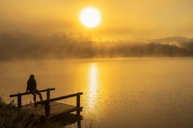 Silhouette homme déprimé assis sur le lac de la rivière houseboat