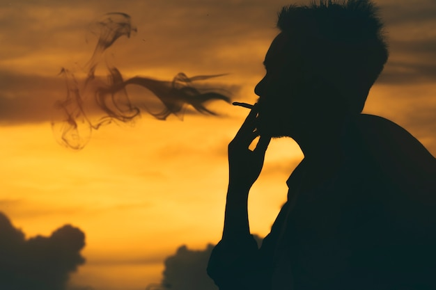 Silhouette homme fume une cigarette, journée mondiale sans tabac