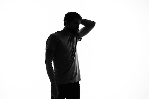 Silhouette d'un homme et gestes avec ses mains posant des émotions
