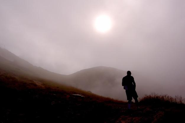 Silhouette de l'homme sur un jour de brouillard