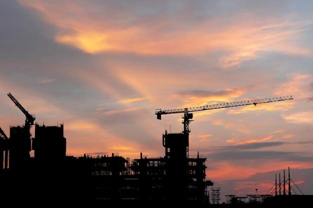 Silhouette d'ingénieur et ouvrier sur chantier, construction