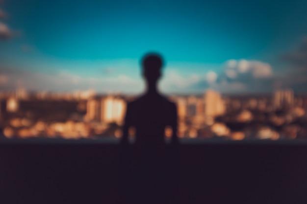 Silhouette d'un jeune homme sur la ville