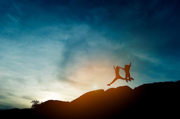 Silhouette de leadership d'équipe, travail d'équipe et travail d'équipe et concepts de silhouette ravissante