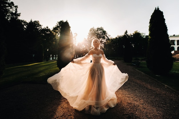 Silhouette de la mariée solitaire dans le vintage au coucher du soleil