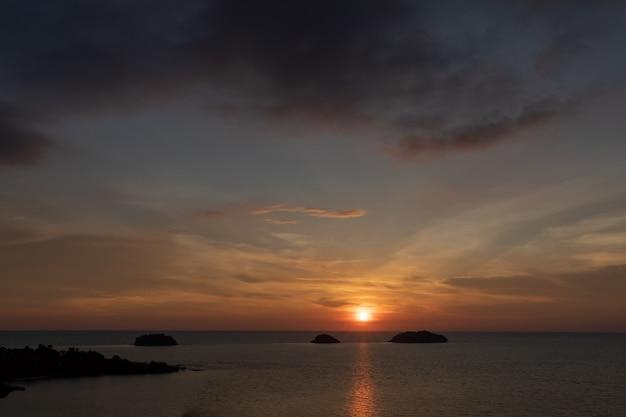 Silhouette de la mer sous des angles élevés, près du coucher du soleil