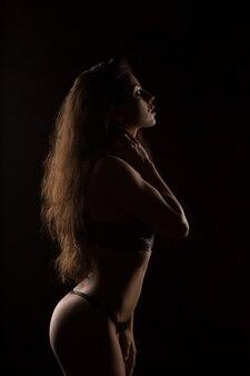 Silhouette de modèle avec un corps parfait en lingerie sexy au studio