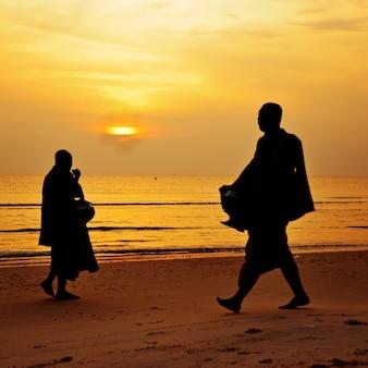 Silhouette, moine, marche, plage, huahin, thaïlande
