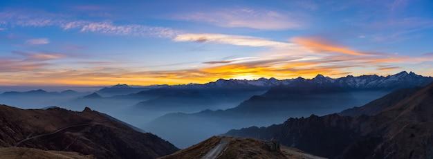 Silhouette de montagne et ciel magnifique au coucher du soleil