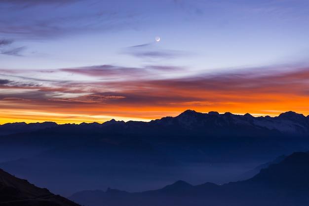 Silhouette de montagne et ciel magnifique