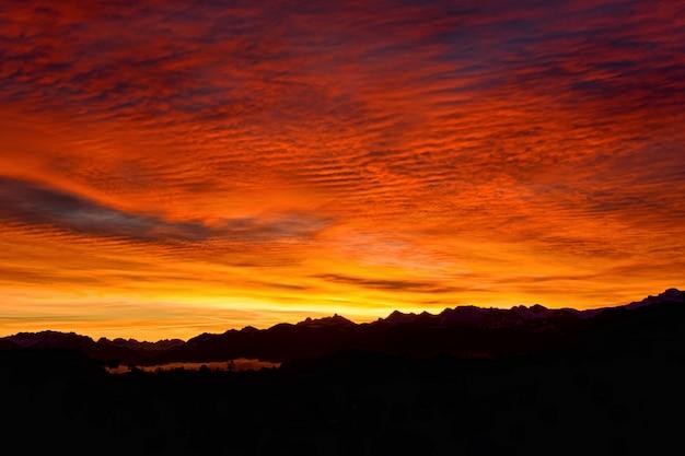 Silhouette de montagnes pendant l'heure d'or