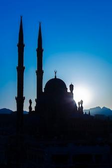 Silhouette mosquée al-sahaba au coucher du soleil à sharm el sheikh, egypte. l'architecture d'al sahaba, al mustafa, mosquée au centre de la vieille ville comprend la fusion d'éléments de style fatimide, mamelouk et ottoman