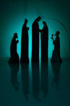 Silhouette de la nativité avec des lumières bleues autour