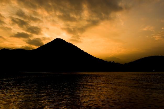 Silhouette de la nature avec montagnes, rivières et ciel.