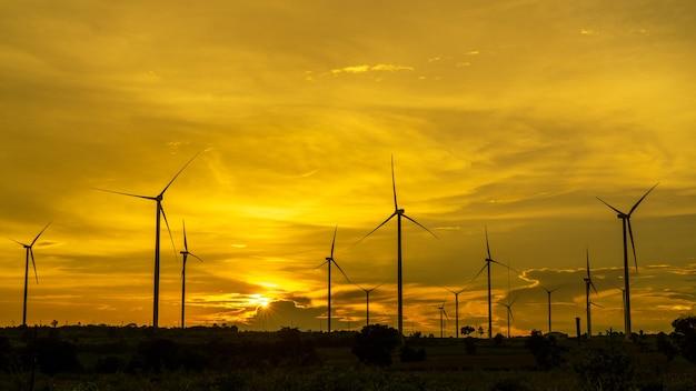 Silhouette noire d'éoliennes sur coucher de soleil incroyable