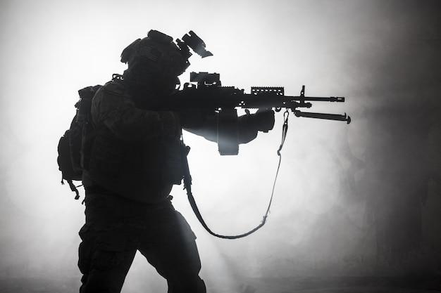 Silhouette noire de soldats