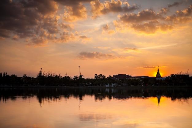 Silhouette de pagode sur fond de ciel coucher de soleil