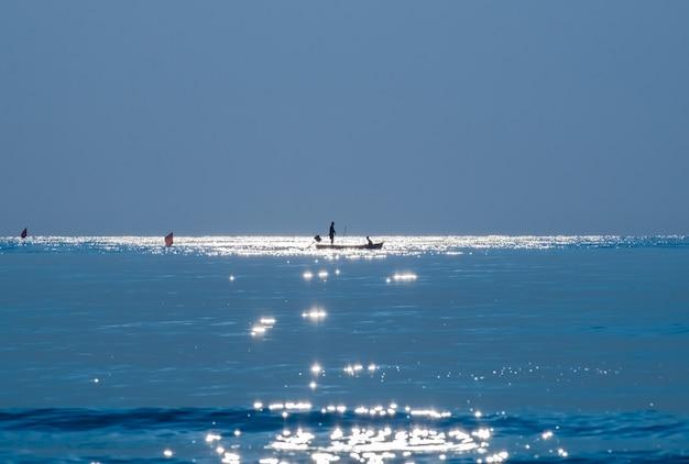 Silhouette, pêcheur, pêche, mer bleue, beau, naturel