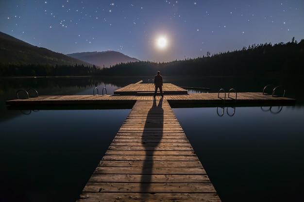 Silhouette, personne, debout, pont