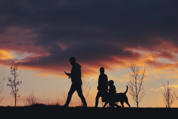 Silhouette de personnes et coucher de soleil dans la montagne