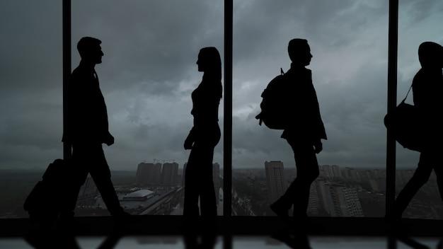Silhouette de personnes sur un fond panoramique