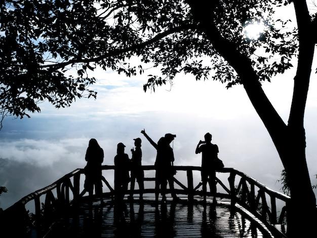 Silhouette personnes avec téléphone et appareil photo prenant des photos