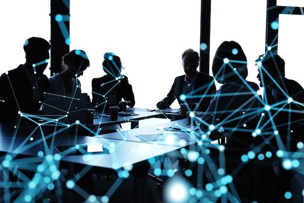 Silhouette de personnes travaillant au bureau avec des effets de réseau