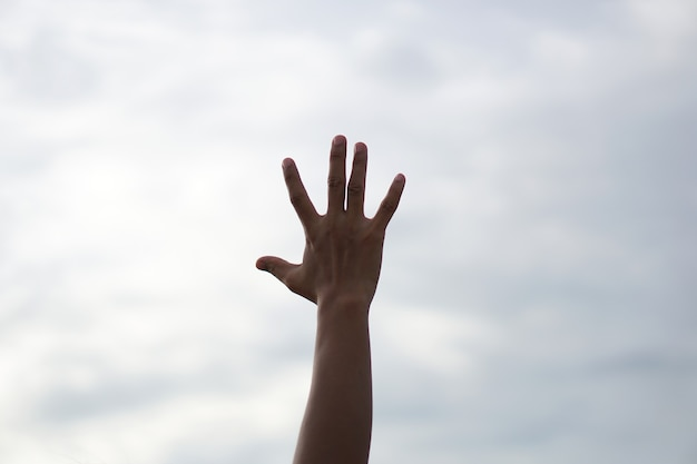 Silhouette de prières chrétiennes levant la main en priant le dieu