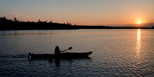 Silhouette, ramer, bateau, lac, bois, ontario, canada